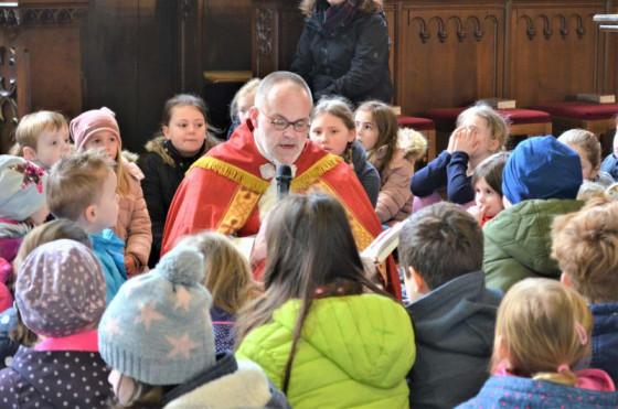 Pater Felix Rehbock ist bei der Bibelauslegung unter Kindern stets in seinem Element.