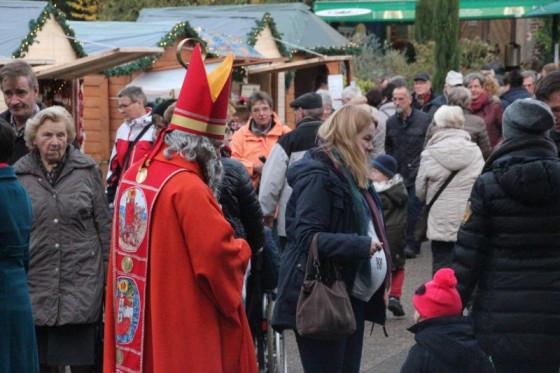 St. Nikolaus schaut natürlich auch vorbei, wenn die Oblatenmissionare zum Nikolausmarkt bitten.