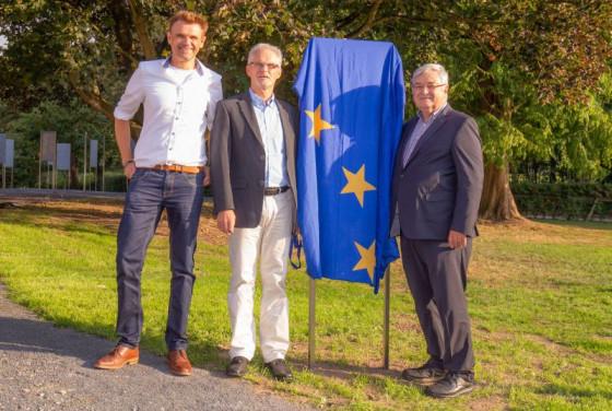 Markus Schmitz, Michael Odenthal und Wilhelm Meller (von links) vor dem Stelen-Wald der Ehemaligen. Foto: Sebastian Pototzki