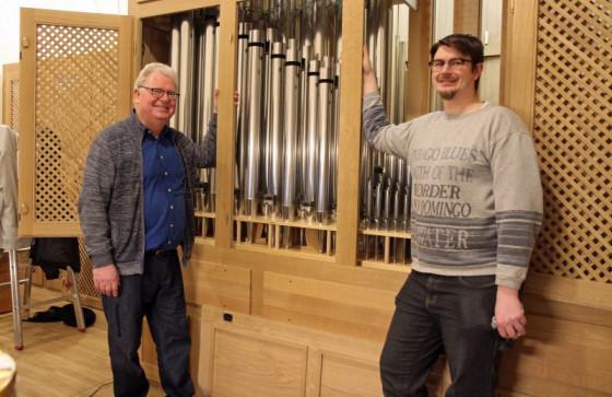 Große Freude: Peter Lys (links) und Jochen Breuer an der neuen Orgel in St. Sebastianus. Foto: TZ