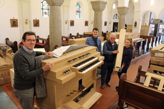 Orgel angeliefert (von links): Bernhard Hösen, Georg Korte, Peter Lys und Orgelbauerin Adriana Klasek in St. Sebastianus. Foto: TZ