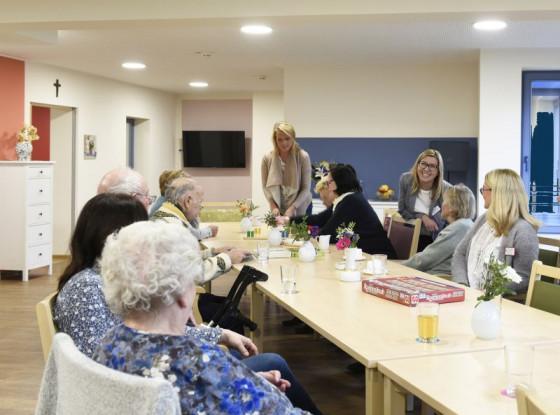 """Die neue Caritas-Tagespflege """"Alte Weberei"""" hat ein eigenes Farbkonzept. Einrichtungsleiterin Adriana Wrobel (dritte von rechts) freut sich über die ersten Besucher. Foto: Peter Wirtz"""