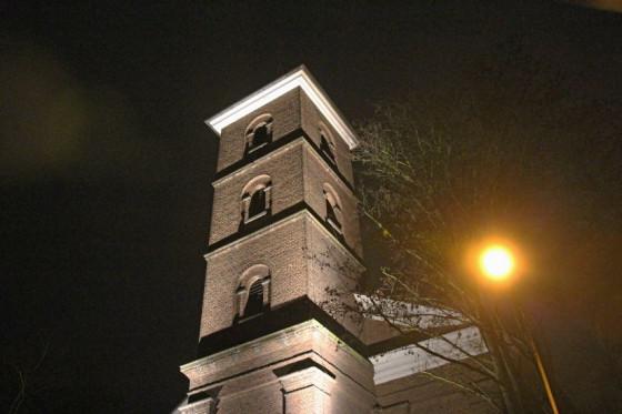 Der Kirchturm von St. Clemens in Kapellen erstrahlt jetzt abends im hellen Glanz. Foto: TZ