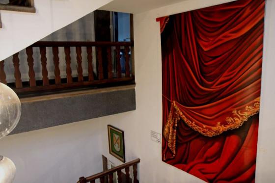 """""""Vorhang"""" von Patrick Schmitz: Kunstwerk im Treppenhaus des Zisterzienser-Klosters in Langwaden. Foto: TZ"""