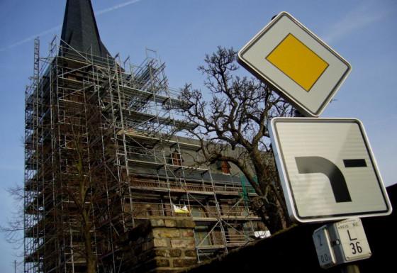 Turm eingerüstet: St. Agatha in Straberg wird saniert. Foto: TZ