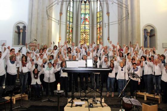 Begeistert bei der Sache: Der Grenzenlos-Chor in der Knechtstedener Basilika. Foto: Großsteinbeck