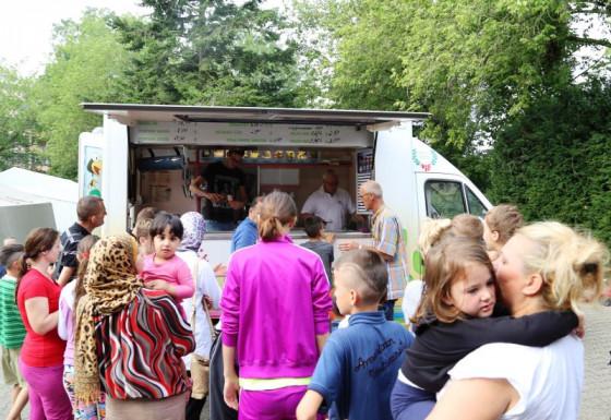 Von der Raphaelsschule zum Flüchtlingsheim: Eiswagen in Dormagen.