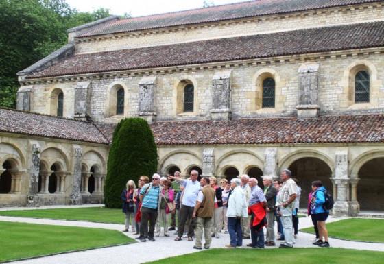 Die Rommerskirchener Pilger im Kloster Fontenay.