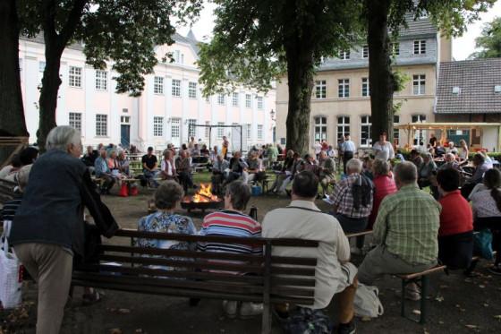 Liederrunde am Lagerfeuer: Der Abend des Fördervereins war wieder ein Erfolg. Foto: Stephan Großsteinbeck.