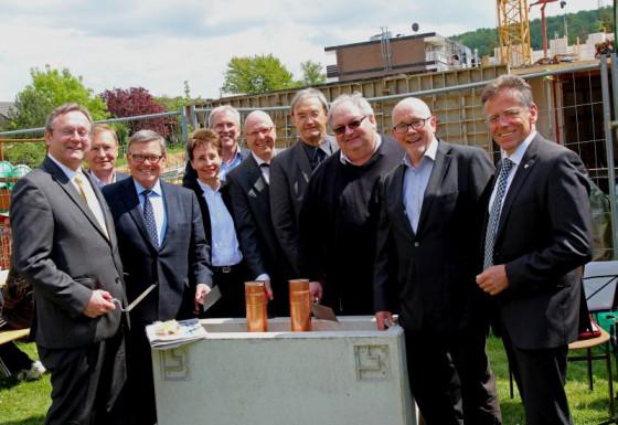 Vertreter aus Kirche, Politik und Klinik legten den Grundstein in Grevenbroich. Foto: TZ
