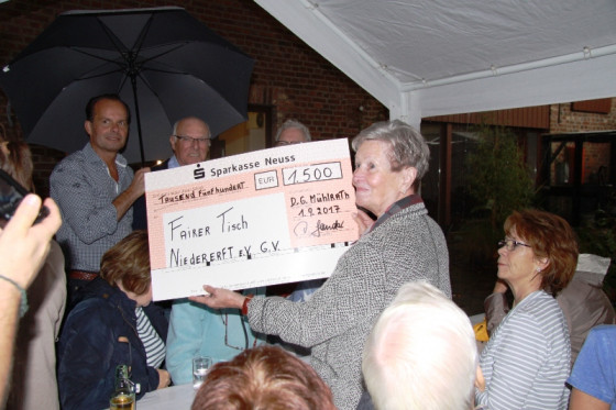 Marlis Holtus vom Fairen Tisch freute sich über den überdimensionalen Scheck aus Mühlrath.