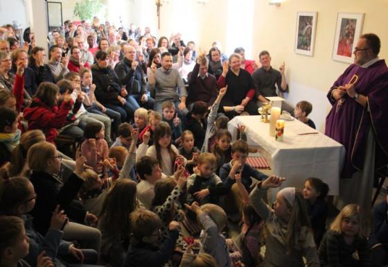 So voll ist es in der Kinder- und Familienkirche am Nikolauskloster.
