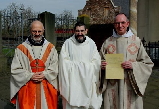 Professfeier (von links): Generalabt Lepori, Frater Rafael und Prior Bruno Robeck. Foto: TZ