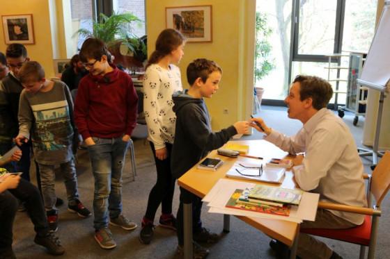Und anschließend Gespräche mit den Kleinen: Lesung in der Raphaelschule.