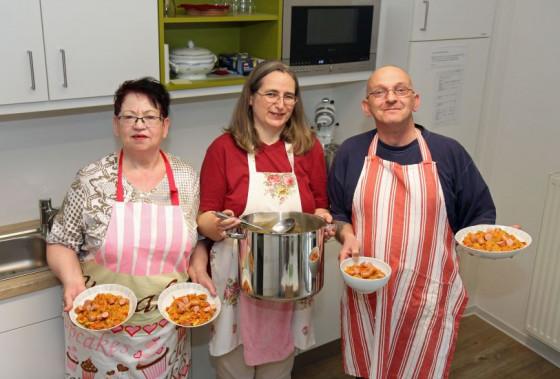 """Stehen jetzt im """"Netzwerk Oelgasse"""" in der Küche (von links): Hildegard Mertens, Claudia Hiep und Gerd Junkers. Foto: TZ"""