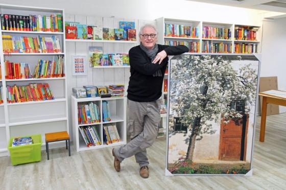 """Bild und Bücher: Helmut Coenen vom Kirchenvorstand im """"Martinus-Treff"""" im ehemaligen Blumenladen. Foto: TZ"""