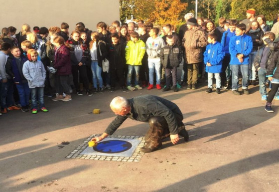 Kunstprojekt im Raphaelshaus: Gregor Merten verlegt das Bodenrelief.