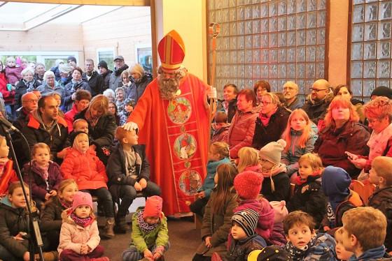Der Nikolaus war Star-Gast beim Markt im Nikolauskloster der Oblatenmissionare bei Glehn.