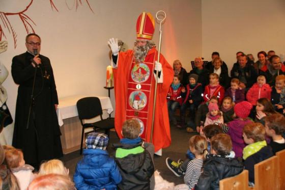 Der Nikolaus kommt schon im November zu Pater Felix und den Kindern im Nikolauskloster.