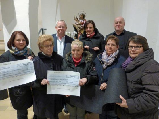 Scheckübergabe vor dem Noithausener Gnadenbild: 3000 Euro haben kfd und Ortsausschuss für die Kirche gesammelt.