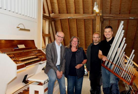 Musikfreunde: Bert Schmitz, Susanne Becker und die Mitarbeiter des Orgelbauers. Foto: TZ