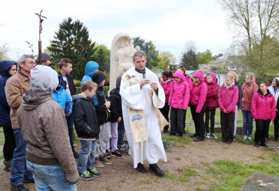 Pfarrer Dr. Joachim Windolph erklärte Parcours und Stele am Raphaelshaus.