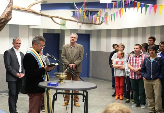 Pfarrer Windolph segnete die Kreuze für die umgebaute Raphaelsschule.