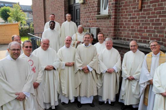 Der neue Pfarrer Dr. Meik Peter Schirpenbach (Mitte) wurde von einer stattlichen geistlichen Abordnung abgeholt. Foto: TZ