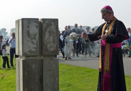 Weihbischof Dr. Dominikus Schwaderlapp segnete den Stein der Barmherzigkeit bei Rheinfeld.