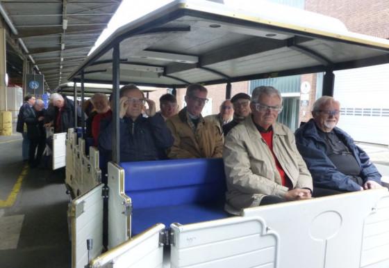 Mit dem Zug durchs Ford-Werk: die Rommerskirchener Seniorenmessdiener.