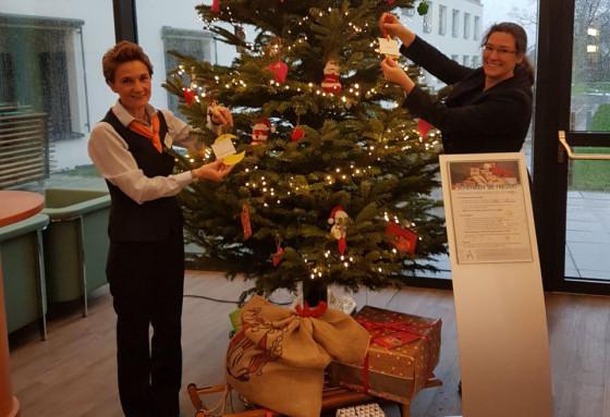 Mitarbeiterin Beate Breuer und Einrichtungsleiterin Nadja Pienkowski (rechts) bestückten den Weihnachtsbaum mit Karten für die Aktion