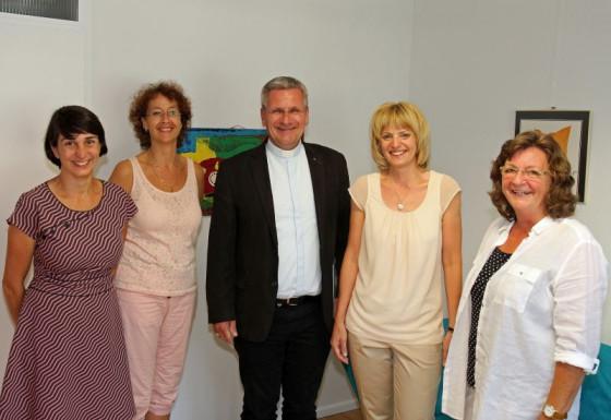 Besuch bei der Telefonseelsorge (von links): Kathrin Stoll. Silvia Dawid, Weihbischof Schwaderlapp, Barbara Keßler und Margarete Scherff. Foto: TZ