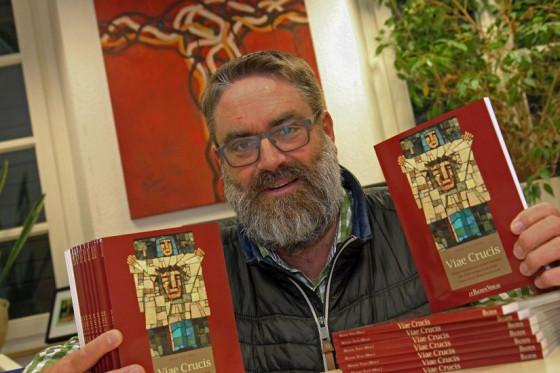 """""""Viae Crucis"""": Pfarrer Michael Tewes hat ein Buch über die Kreuzwege in seinem Seelsorgebereich herausgegeben. Foto: TZ"""