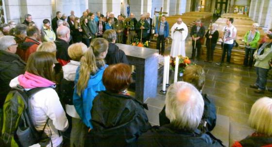 Besinnung am Altar: die Rommerskirchener Trier-Pilger.