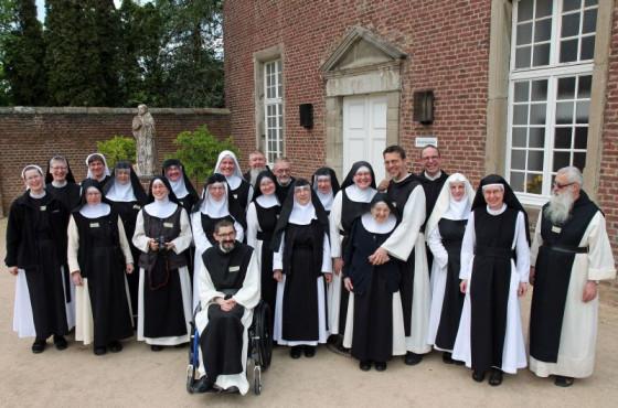 Gut gelaunte Ordensleute: Die Vereinigung der mitteldeutschen Zisterzienserklöster traf sich im Kloster Langwaden. Foto: TZ