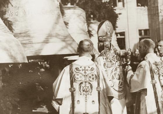 Glockenweihe 1931: Weihbischof Sträter aus Aachen salbt die Glocken mit heiligen Ölen.