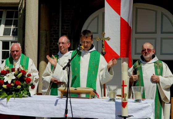 Primiz (von links): Oberpfarrer i. R. Scholl sowie die Patres Bruno, Aelred und Basilius. Foto: TZ