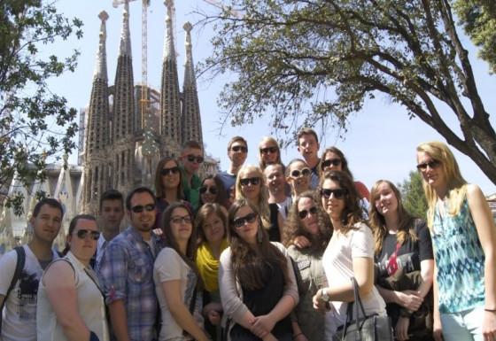 Gruppenbild an der Sagrada Familia in Barcelona.