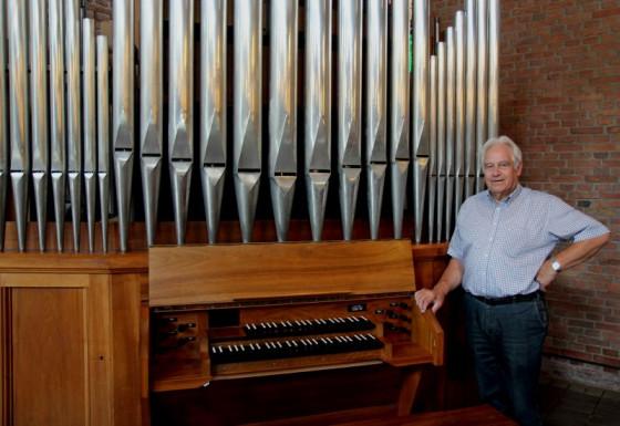 Heinz Vanderfuhr und die neue Orgel. Foto: TZ