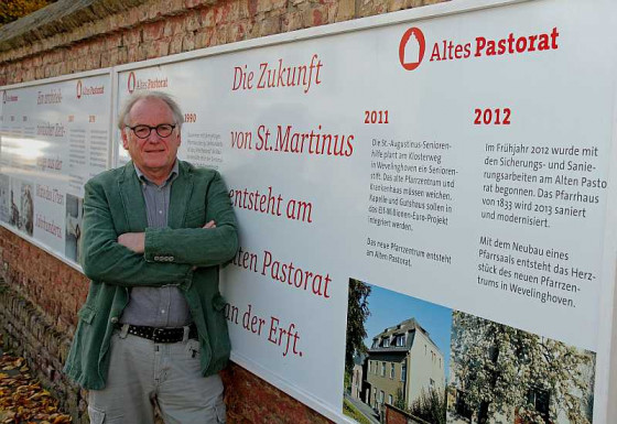 Helmut Coenen am Baustellenschild des Alten Pastorats. Foto: TZ