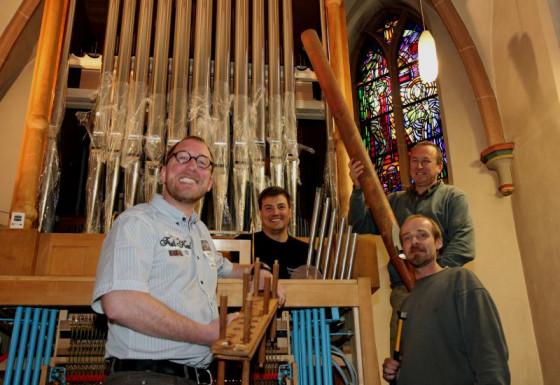 Kantor Carsten Wüster und die Orgelbauer Björn-Daniel Reich, Thomas Beier und Wilfried Menne. Foto: TZ
