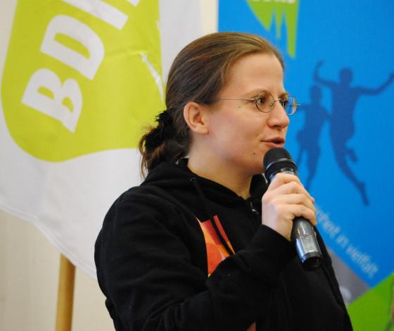 """Anna-Lena Jedrowiak aus der BDKJ Region Rhein-Erft bei der intensiven Antragsdebatte zu dem Beschluss zur Finanzkrise """"jung, gläubig und sozial"""""""