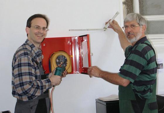 Stephan Großsteinbeck (l.) und Willi Bednarczyk brachten die Geräte an.