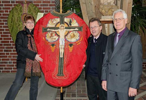 Heidi Schenkel, Pfarrer Koltermann und Horst-Peter Schenkel freuen sich über eine restaurierte Kasel. Foto: TZ
