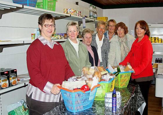 Am fairen Tisch werden Lebensmittelkörbe gepackt. Foto: TZ