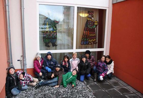 """Die Bastel-AG der Grundschule """"Burg"""" vor einem Teil ihrer Kunstwerke."""