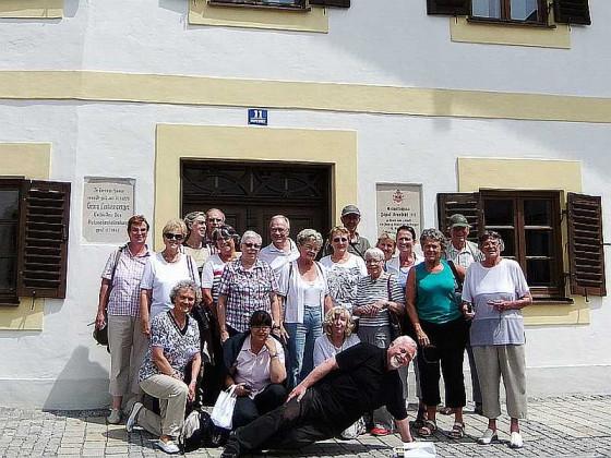 Die Pilger vom Gillbach vor dem Papst-Haus in Marktl am Inn.