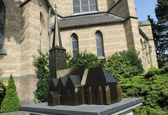 Das Denkmal der Schützen stellt die alte Gustorfer Kirche dar. Foto: TZ