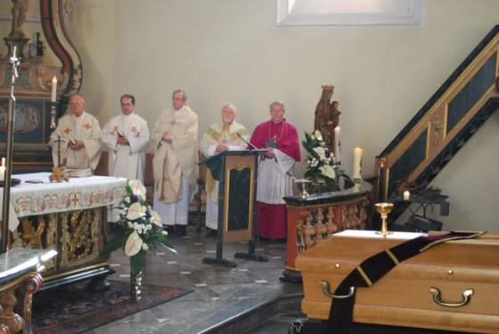 Auferstehungsmesse am Sarg von Pfarrer Theo Holl.