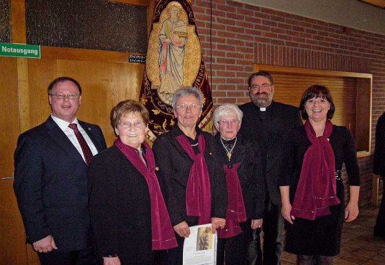 Auszeichnet (von links): Heinz-Hubert Brenner, Käthe Roch, Bärbel Heiek, Hilde Berner, Pfarrer Tewes und Karin Brenner.